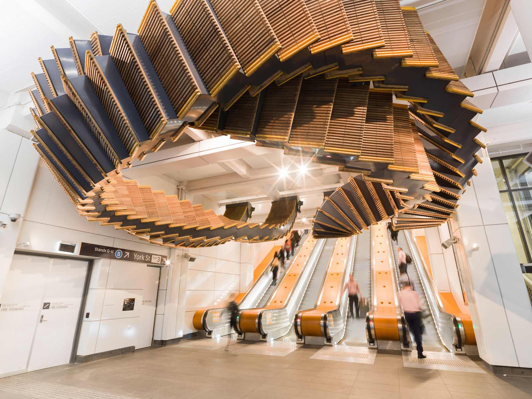 Deckenskulptur aus 80 Jahre alten Holzrolltreppen interloop-Chris-Fox_06