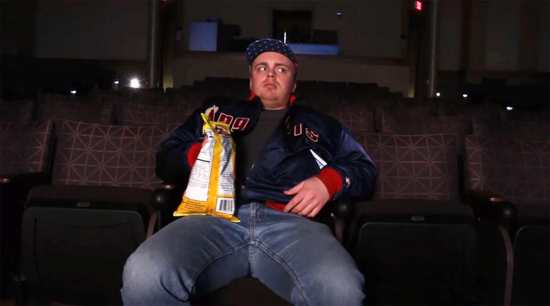 Geschmuggeltes Essen im Kino synchron zum Sound futtern