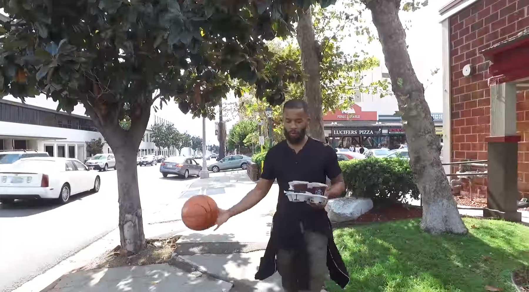 Den ganzen Tag lang einen Basketball dribbeln