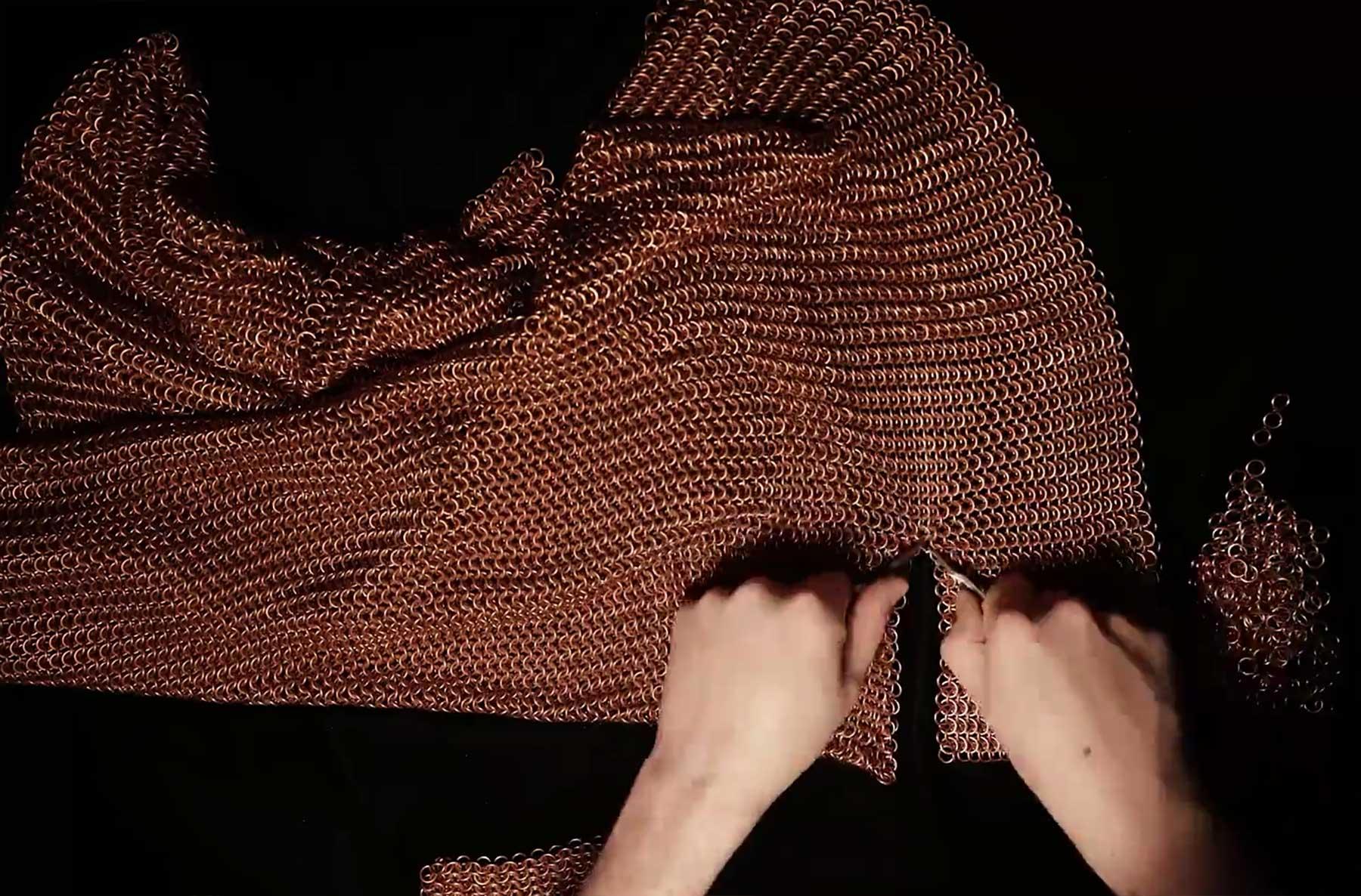 Timelapse: Kettenhemd in Handarbeit