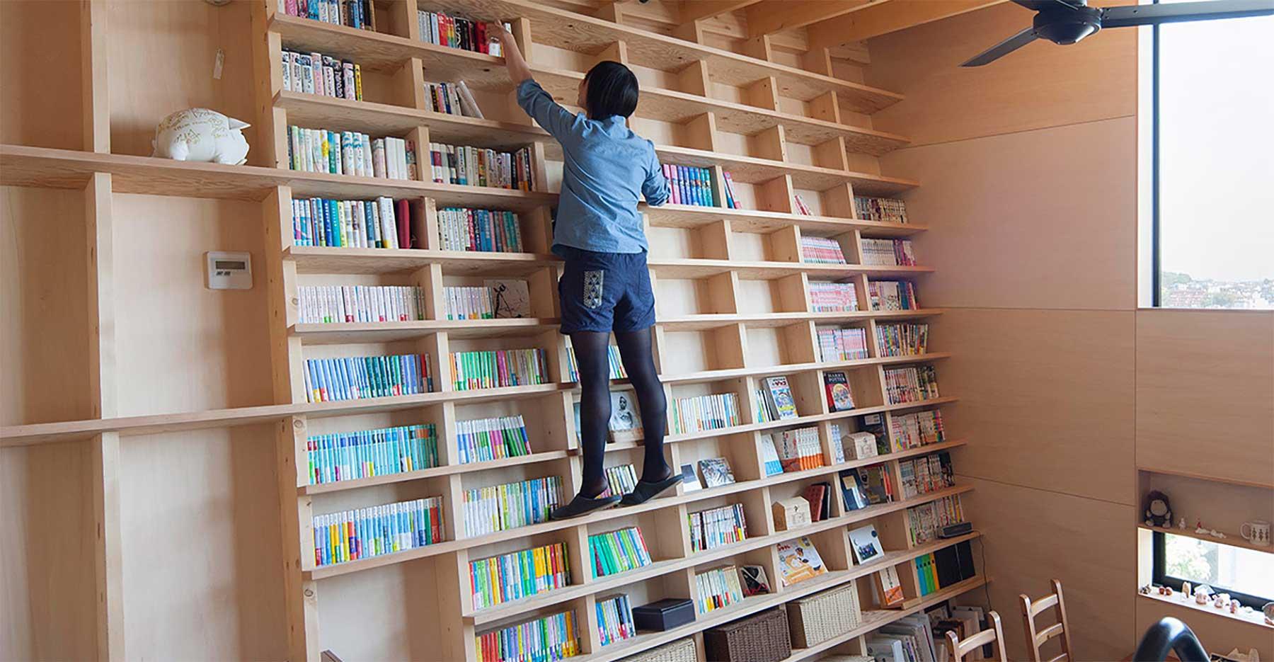 Besteigbares Stufenleiterbücherregal