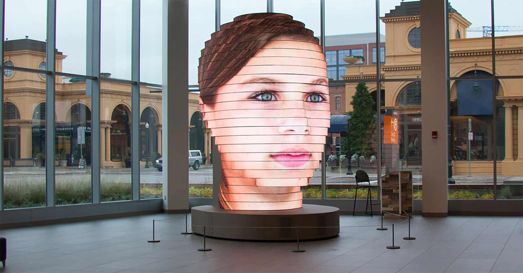 LED-Skulptur projiziert überdimensionale Besuchergesichter As-we-are-giant-head-matthew-mohr_01