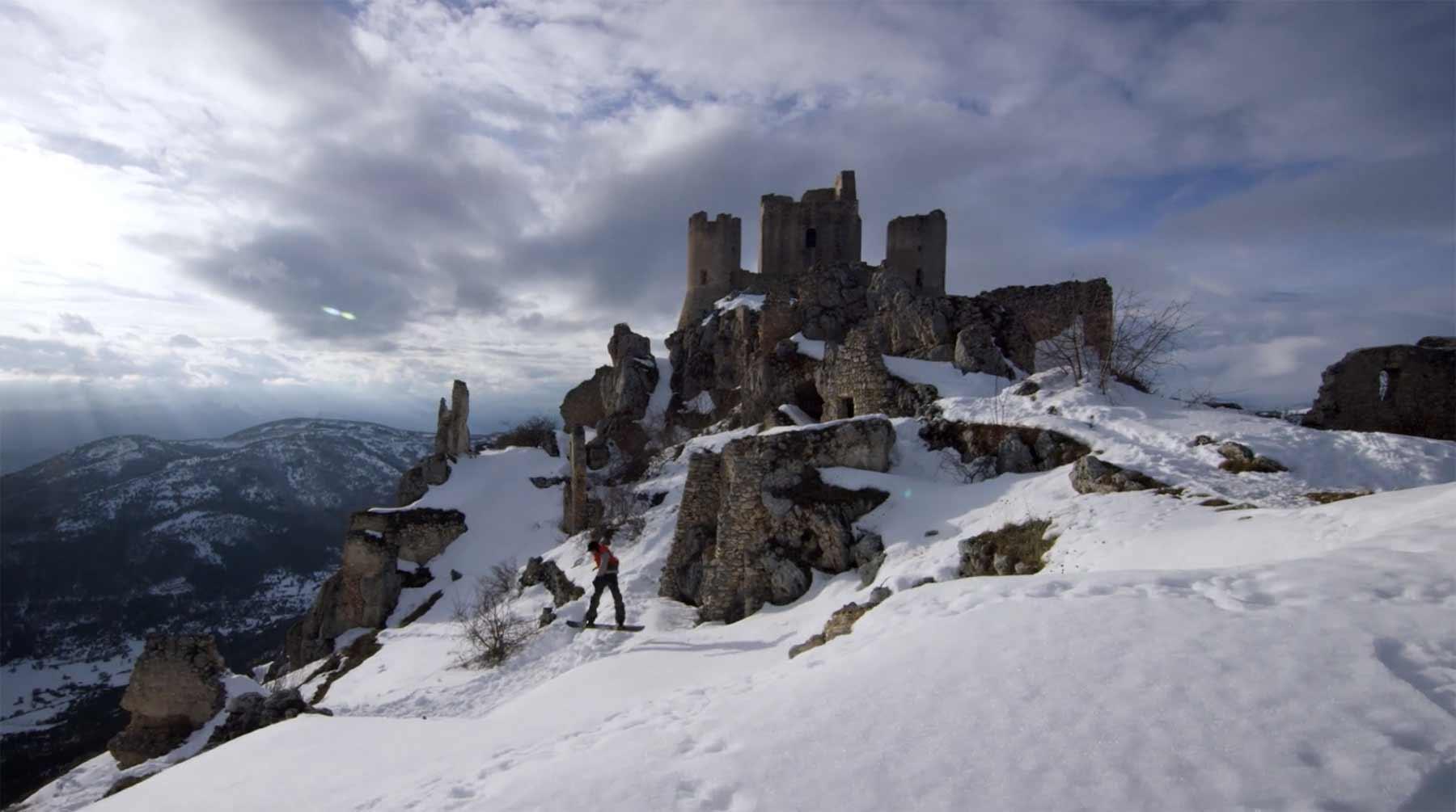 Durch verschneite Ruinen Snowboarden