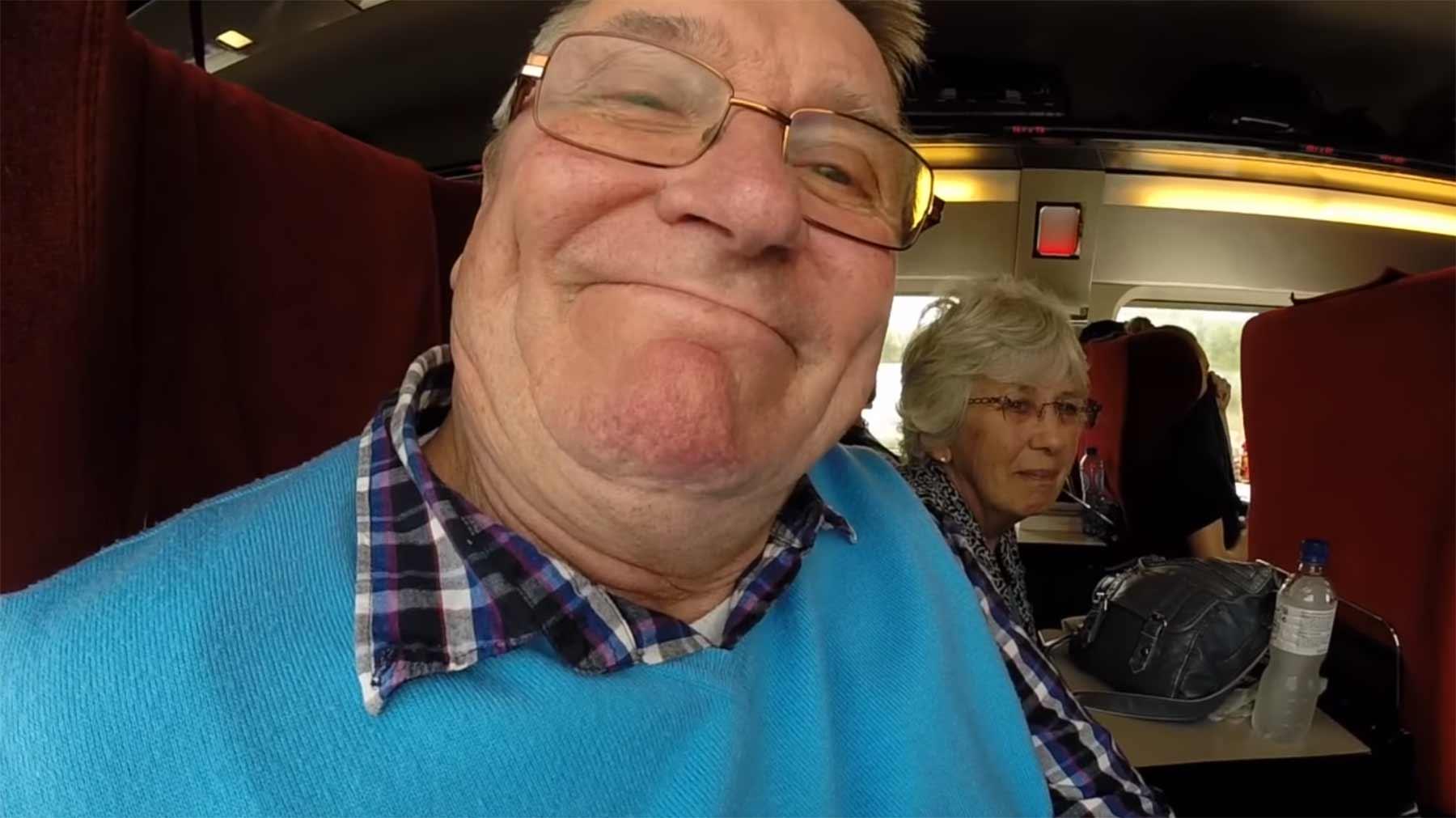 Reisender hält Kamera falschrum und filmt nur sich