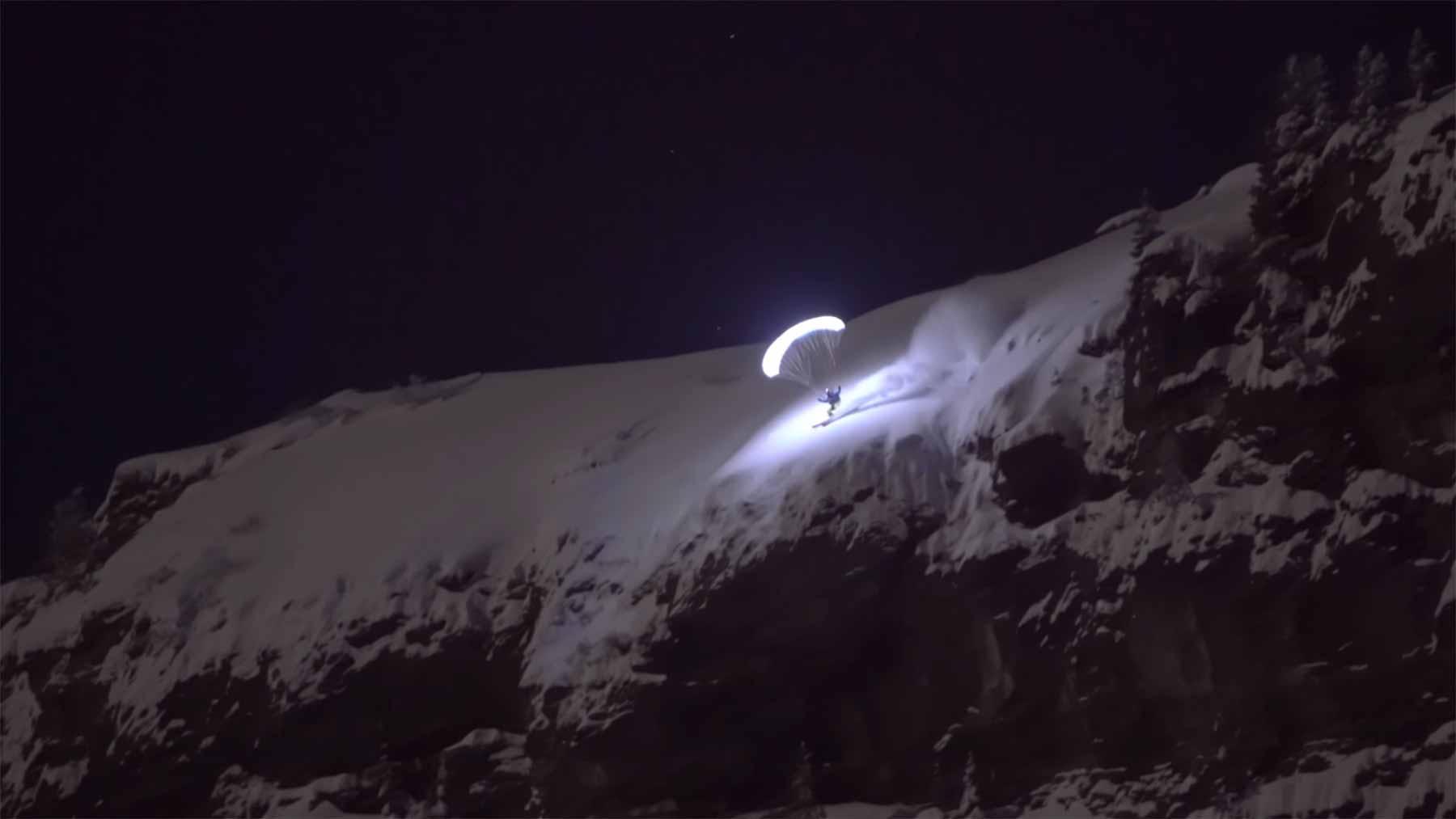 Nacht-Abfahrt mit beleuchtetem Schirm speed-riding-Valentin-Delluc-in-Chamonix