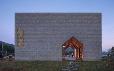 Ein Haus mit Durchgang in Hausform