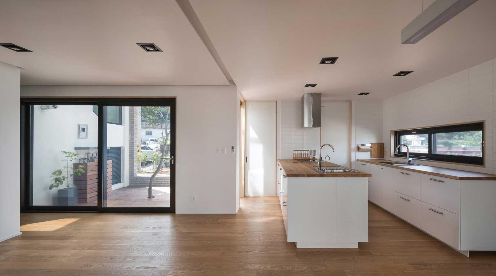 Ein Haus mit Durchgang in Hausform Rieuldorang-Atelier-haus_04