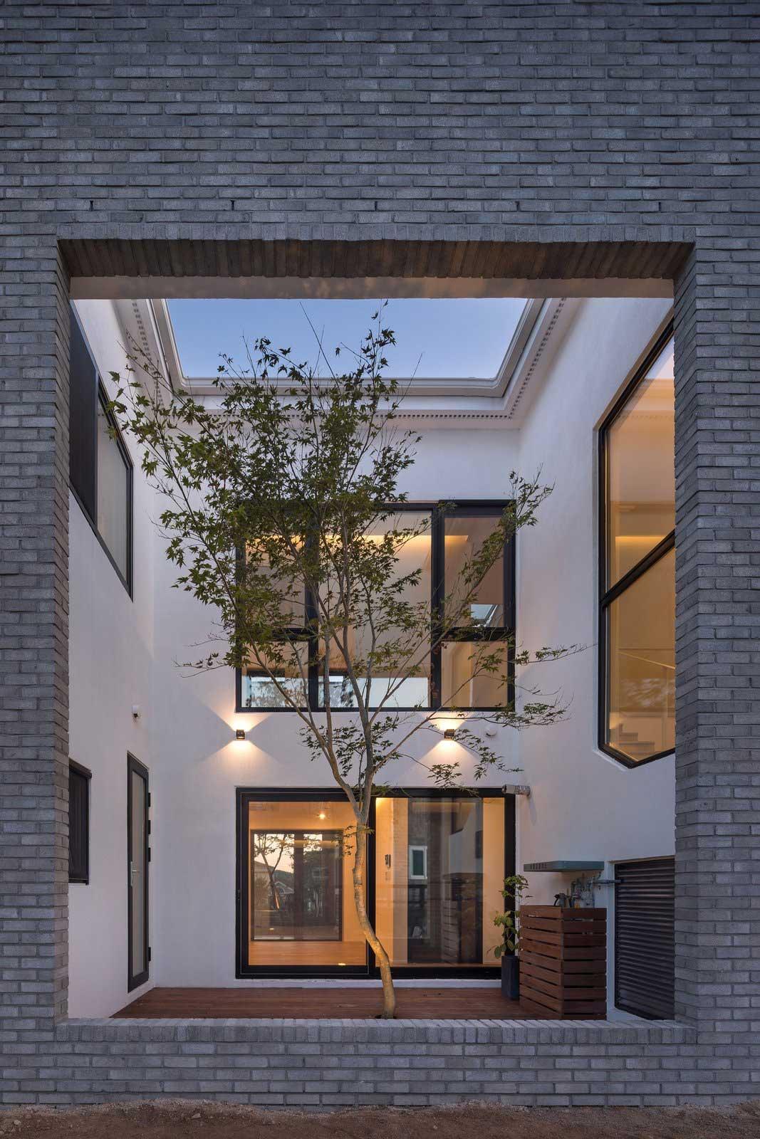 Ein Haus mit Durchgang in Hausform Rieuldorang-Atelier-haus_05