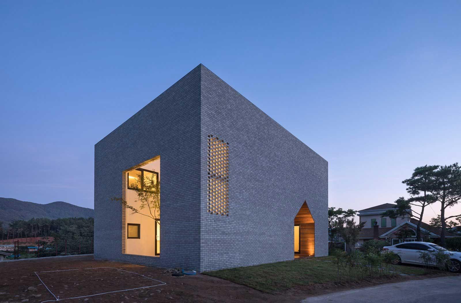 Ein Haus mit Durchgang in Hausform Rieuldorang-Atelier-haus_06