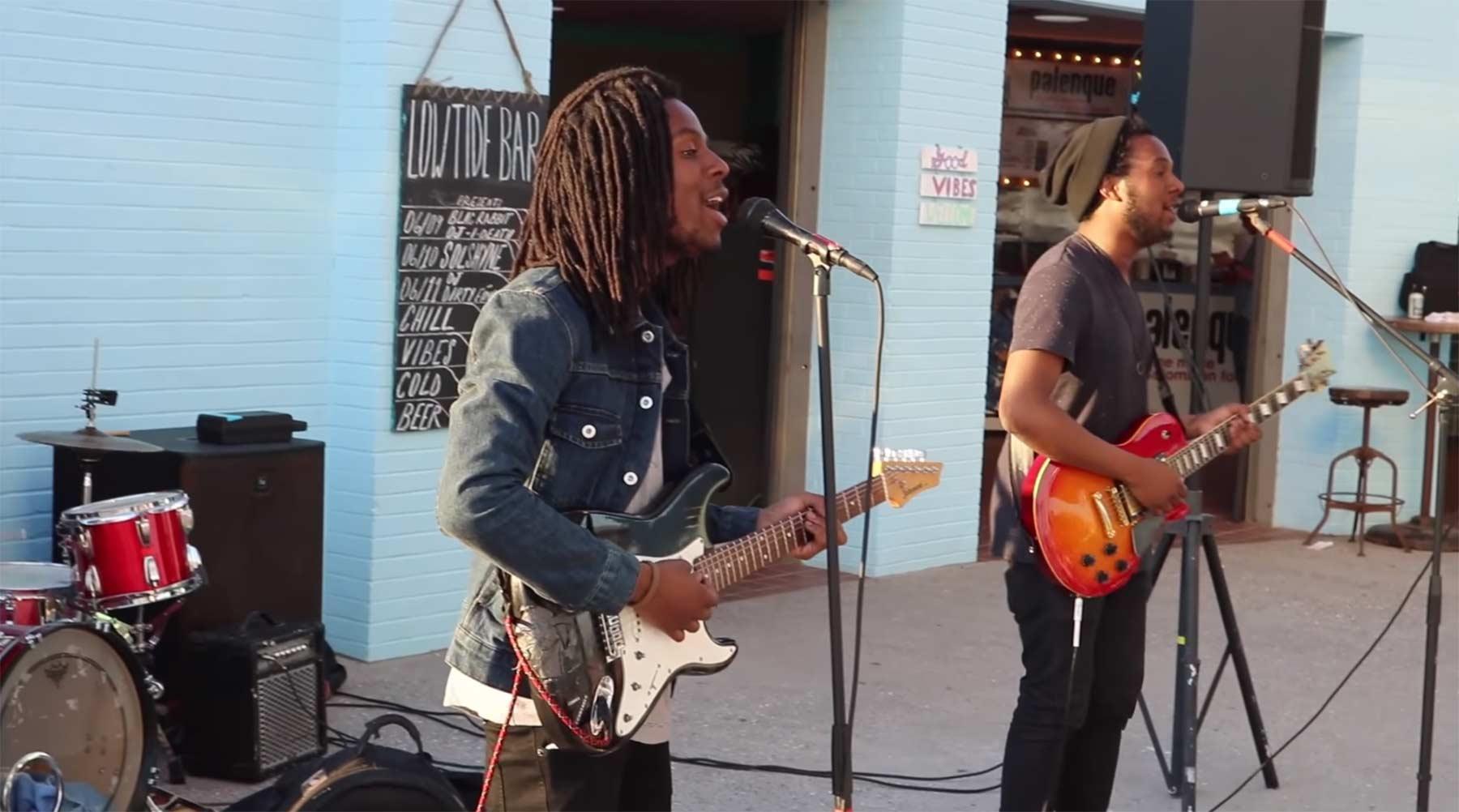 Dieses Straßenmusikerduo klingt exakt wie die Beatles