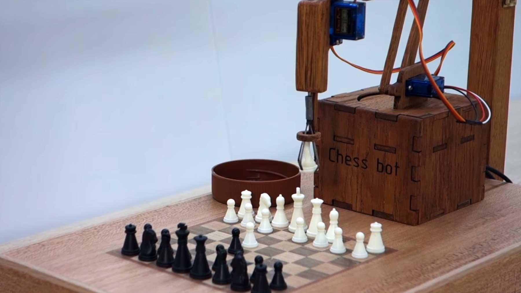 Physisch spielender Schach-Roboter chess-bot
