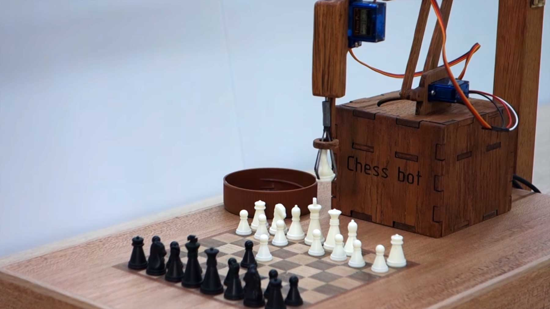 Physisch spielender Schach-Roboter
