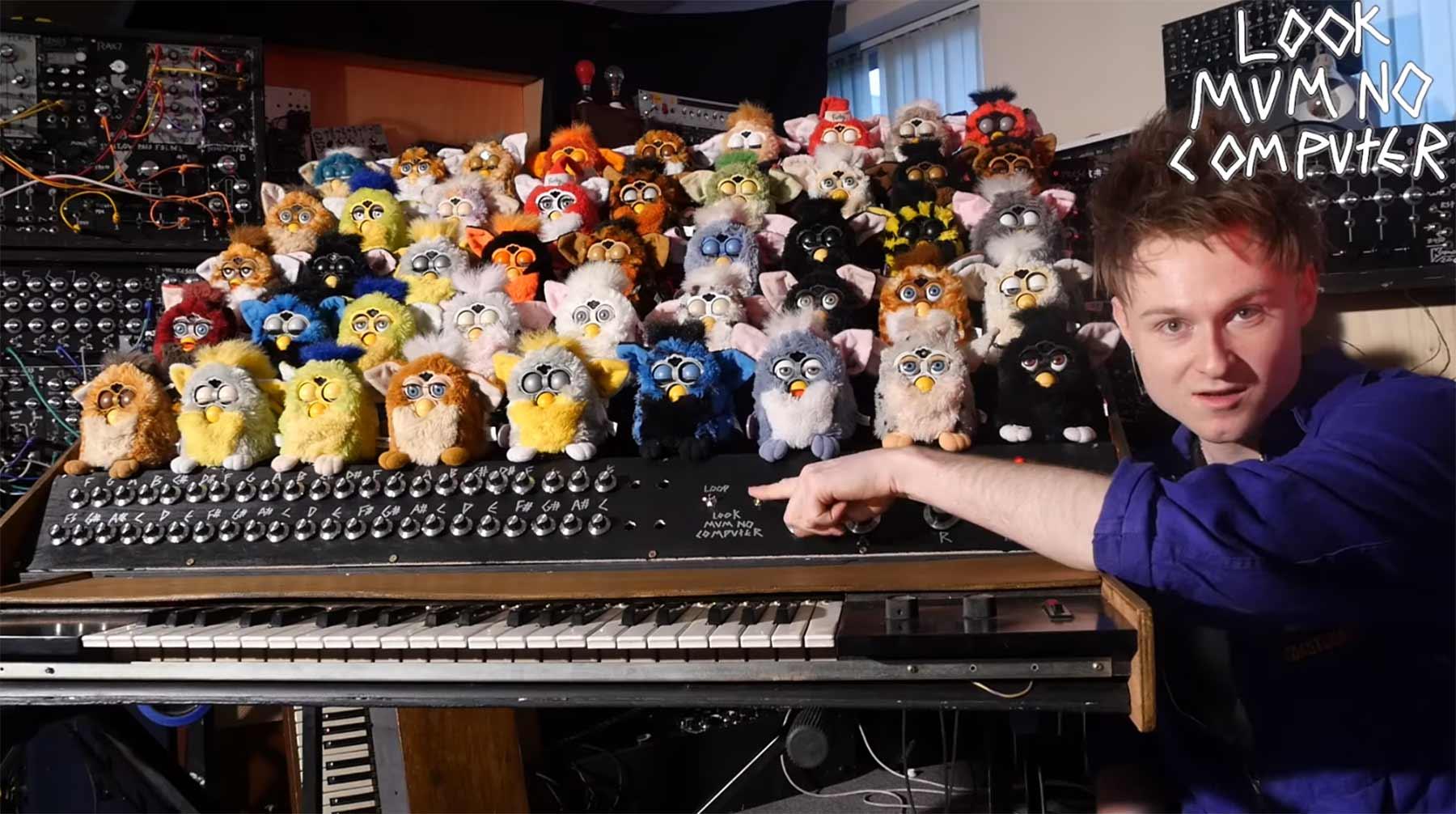 Eine Orgel aus 44 Furbys