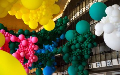 Eine Halle voller Luftballons