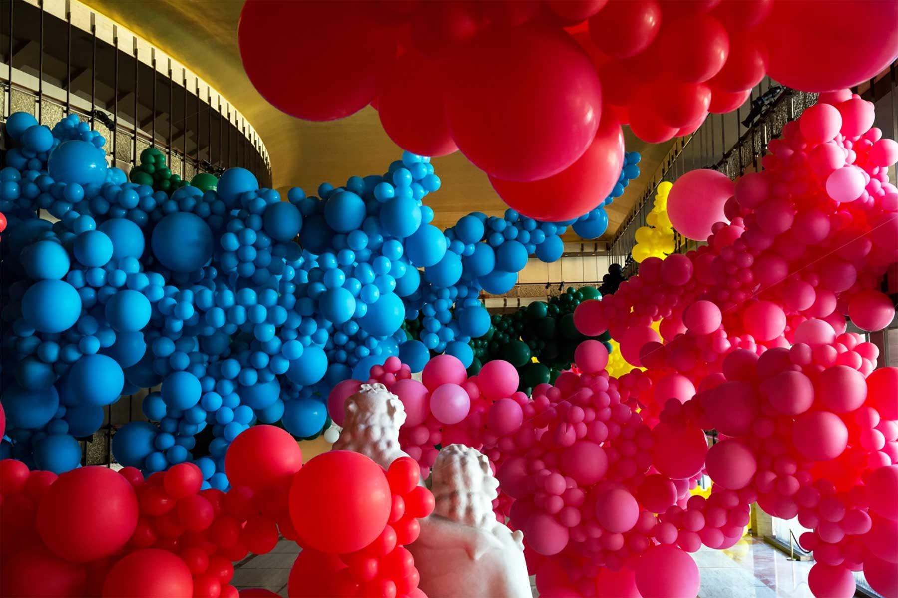 Eine Halle voller Luftballons geronimo-ballons-lincoln-center_02