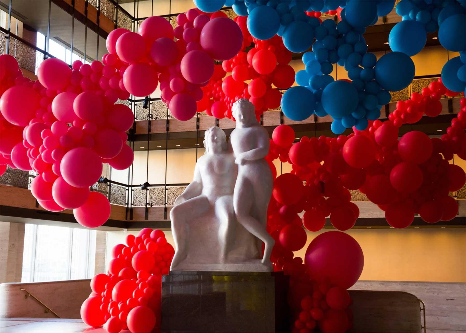 Eine Halle voller Luftballons geronimo-ballons-lincoln-center_03