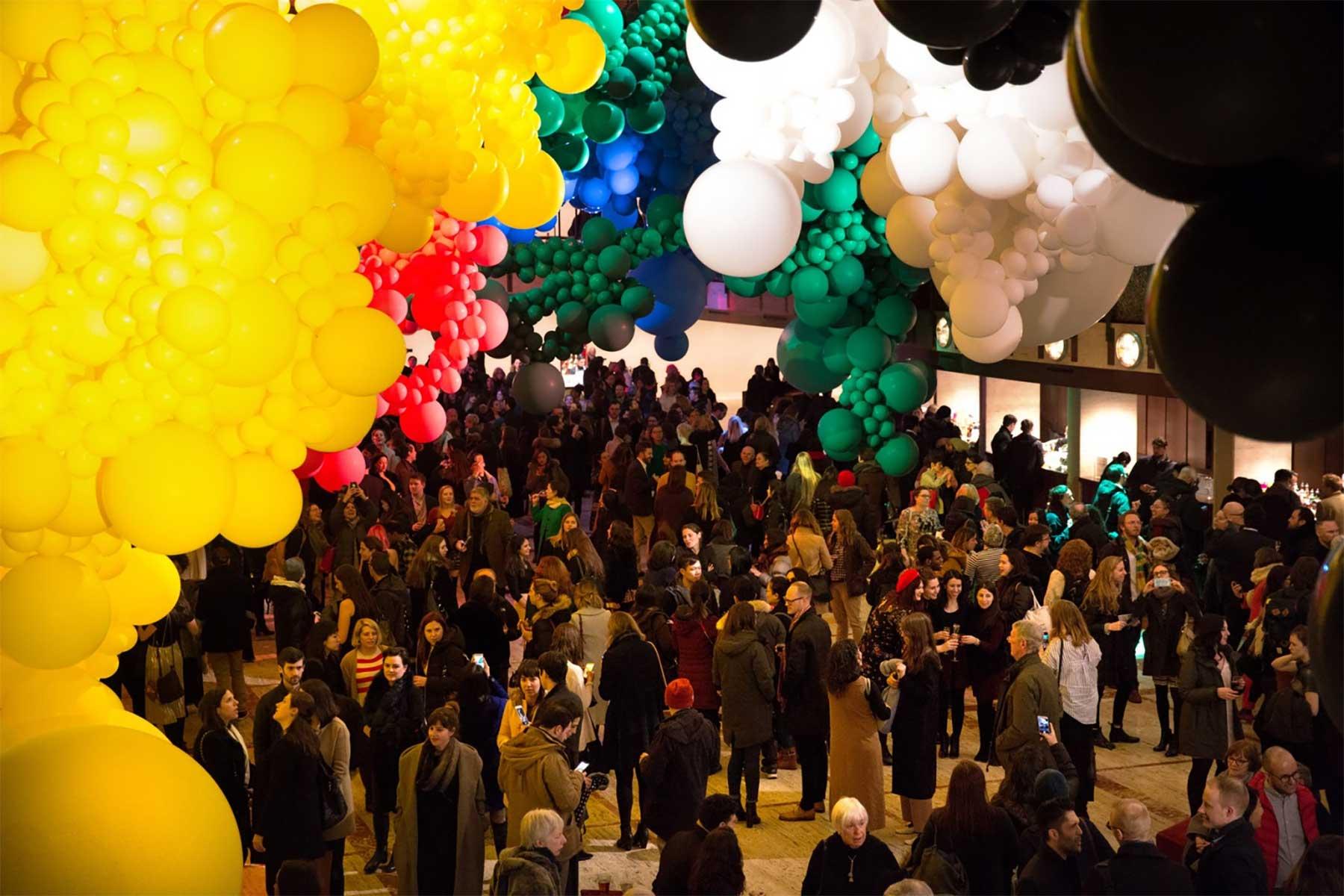 Eine Halle voller Luftballons geronimo-ballons-lincoln-center_04
