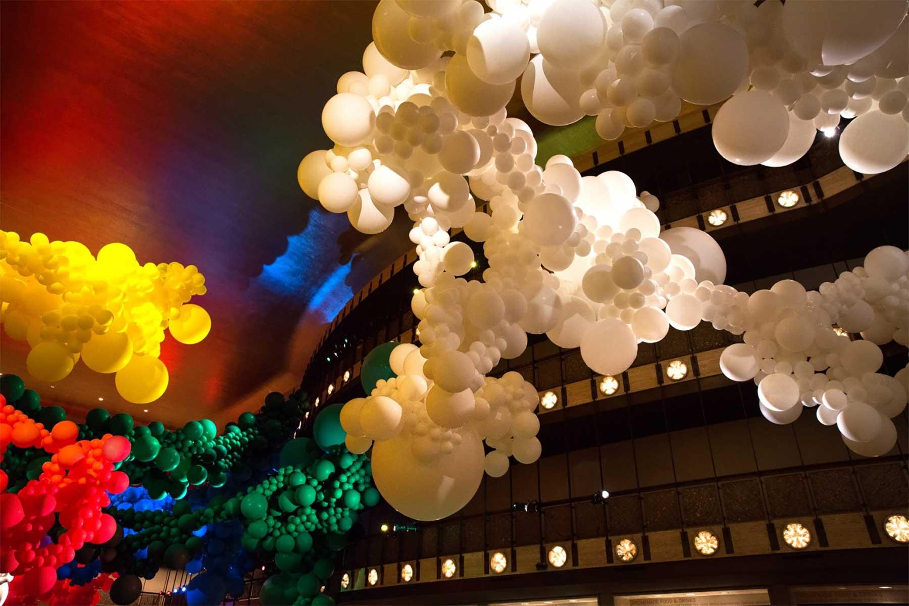 Eine Halle voller Luftballons geronimo-ballons-lincoln-center_06