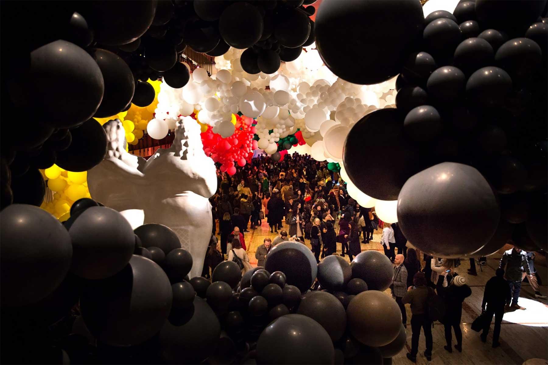Eine Halle voller Luftballons geronimo-ballons-lincoln-center_07