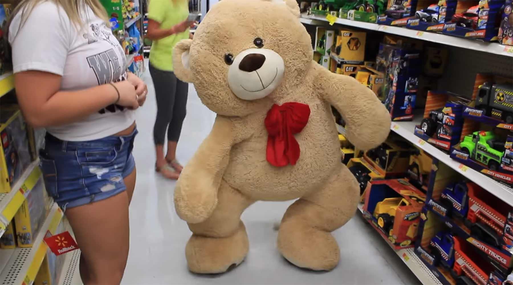 Im gigantischen Plüschteddy einkaufen gehen teddybaerkostuem