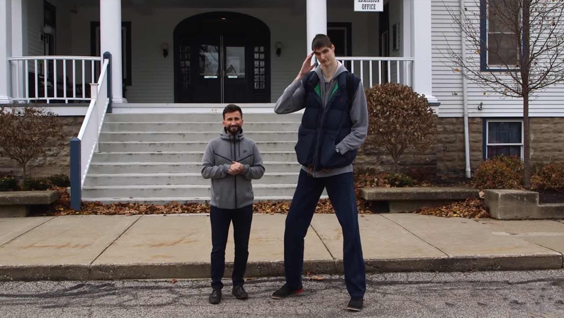 Robert Bobroczkyi ist mit 2,31 Metern größter Jugendlicher der Welt Robert-Bobroczkyi
