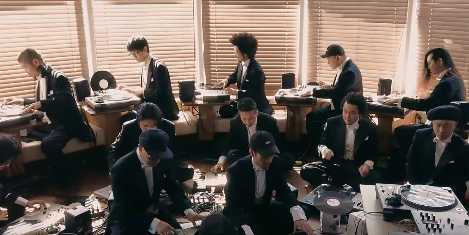 Ein Orchester aus Plattenspielern