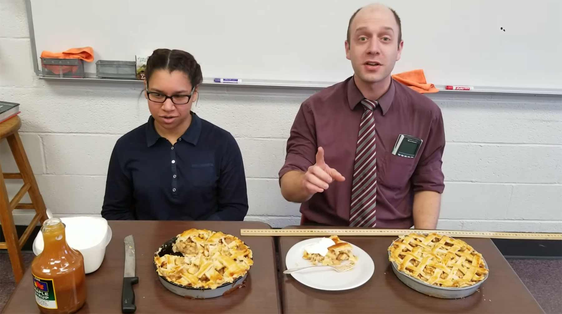 Mathelehrer ertanzt sich Kuchen und erklärt dann Pi daran mathelehrer-erklaert-Pi-an-apfelkuchen