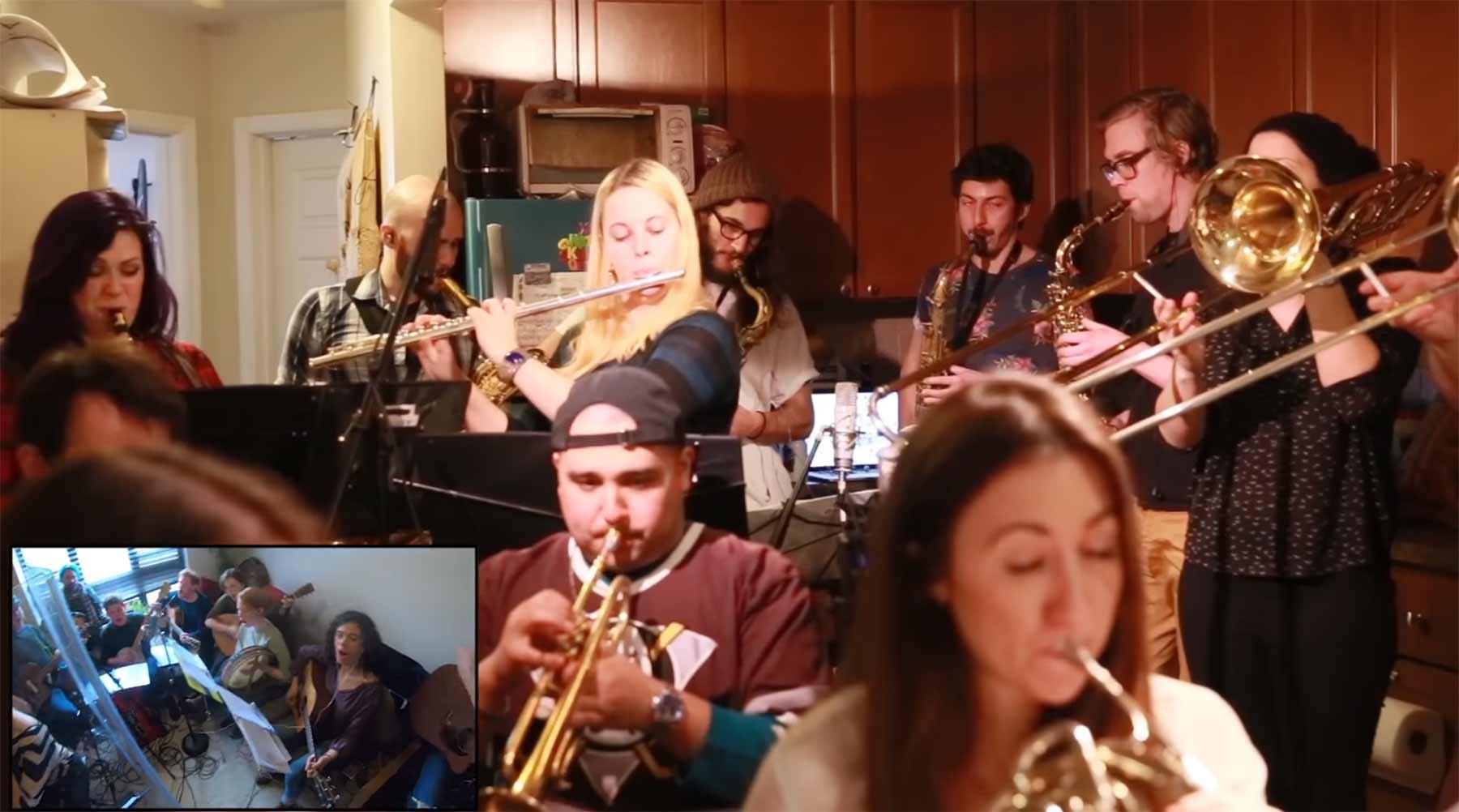 100 Leute in drei Wohnungen spielen zusammen Arcade Fire 100-leute-in-einer-wohnung-covern-arcade-fire
