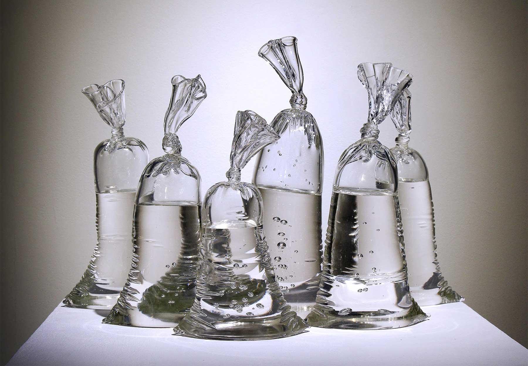 Aus Glas geblasene Plastikbeutel glasskulpturen-plastikbeutel-wasser-Dylan-Martinez_01