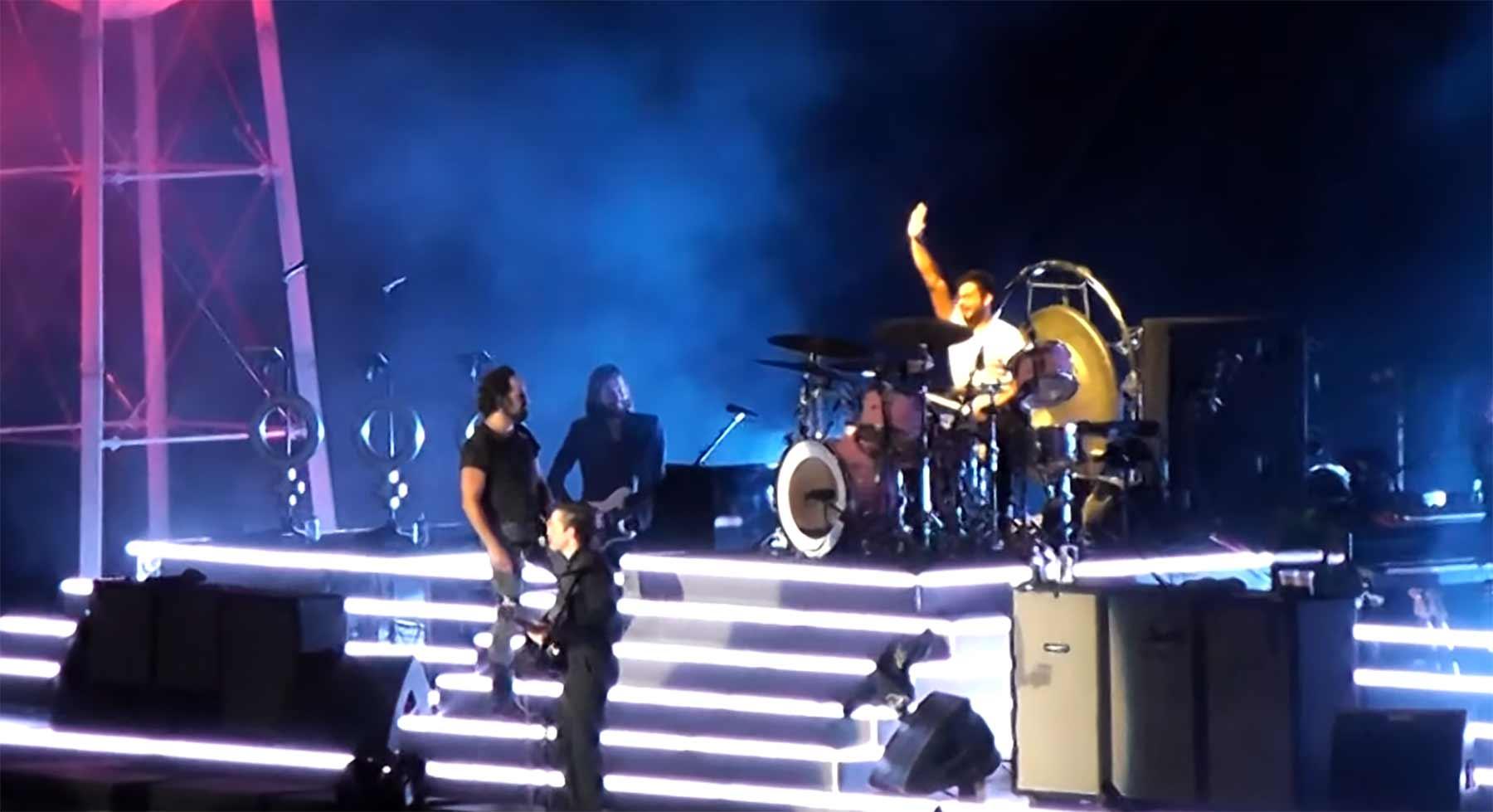 Fan darf beim Killers-Konzert mitspielen und rockt das Schlagzeug