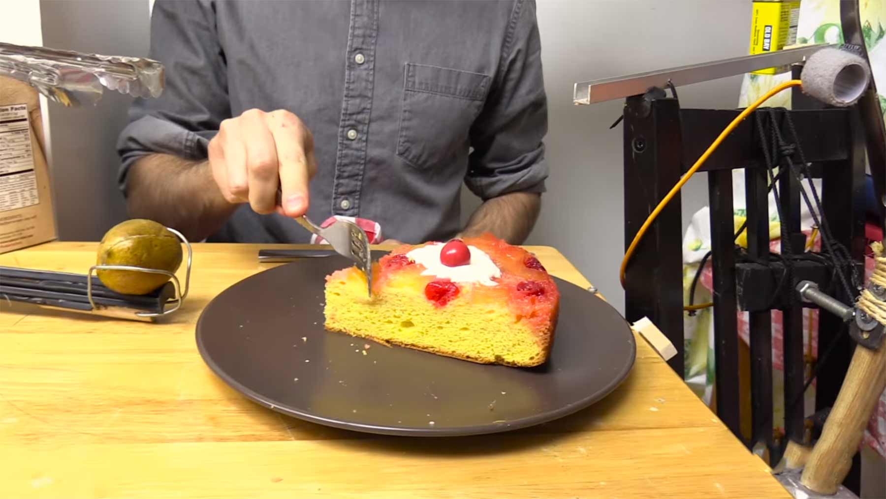 Kuchen-servierende Rube Goldberg Machine