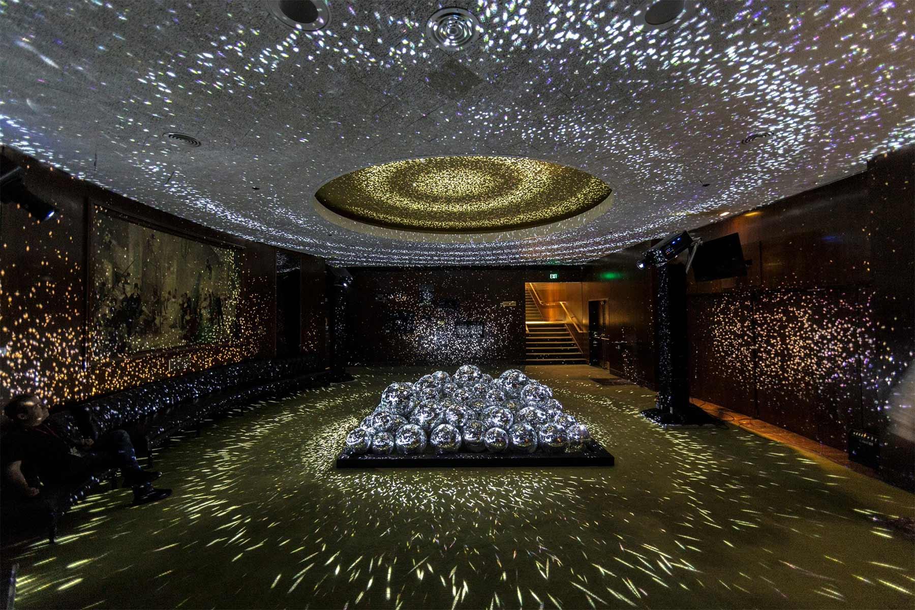 50 Discokugeln in einem Raum light-leaks-discokugeln_01