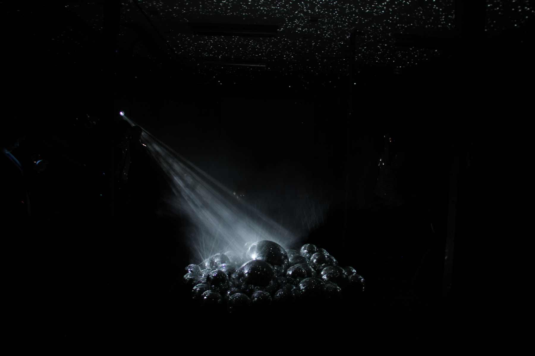 50 Discokugeln in einem Raum light-leaks-discokugeln_03