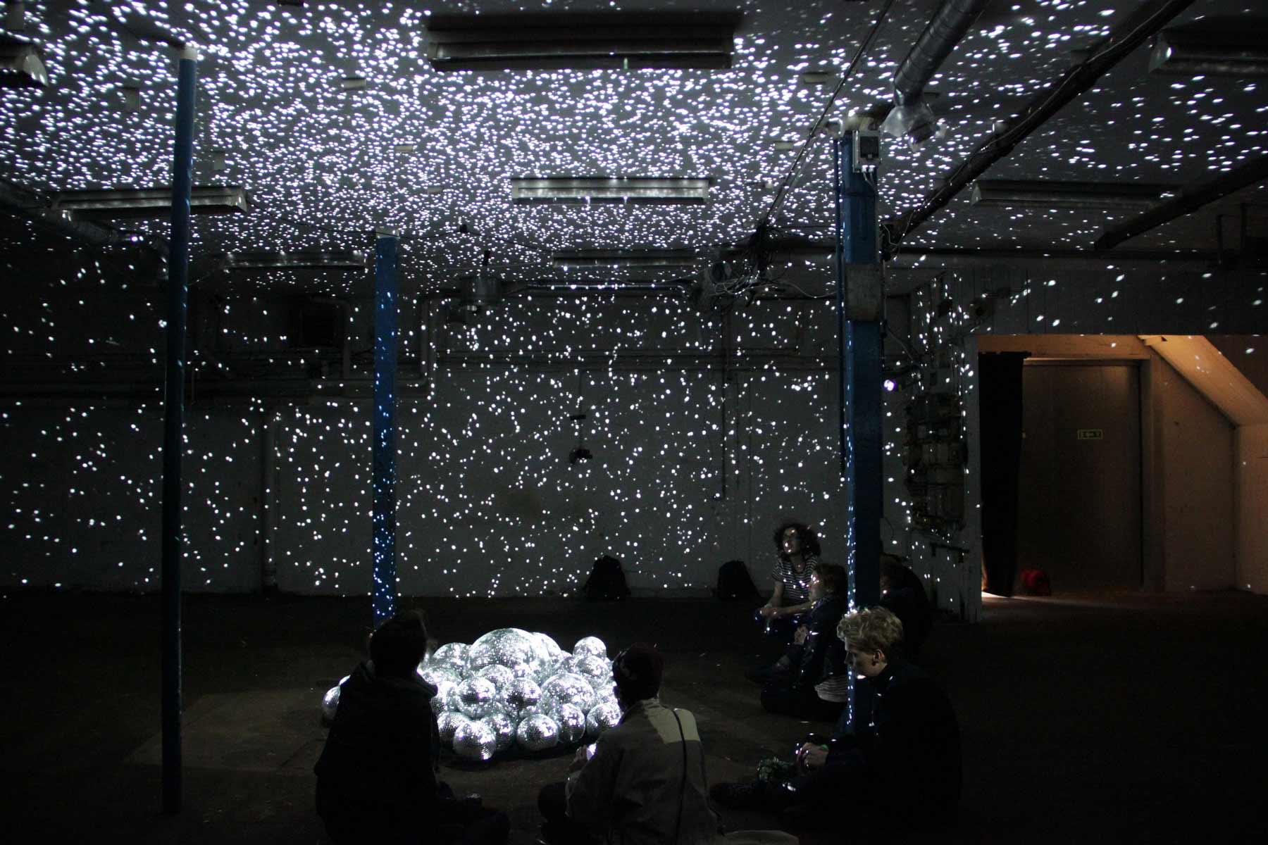 50 Discokugeln in einem Raum light-leaks-discokugeln_04