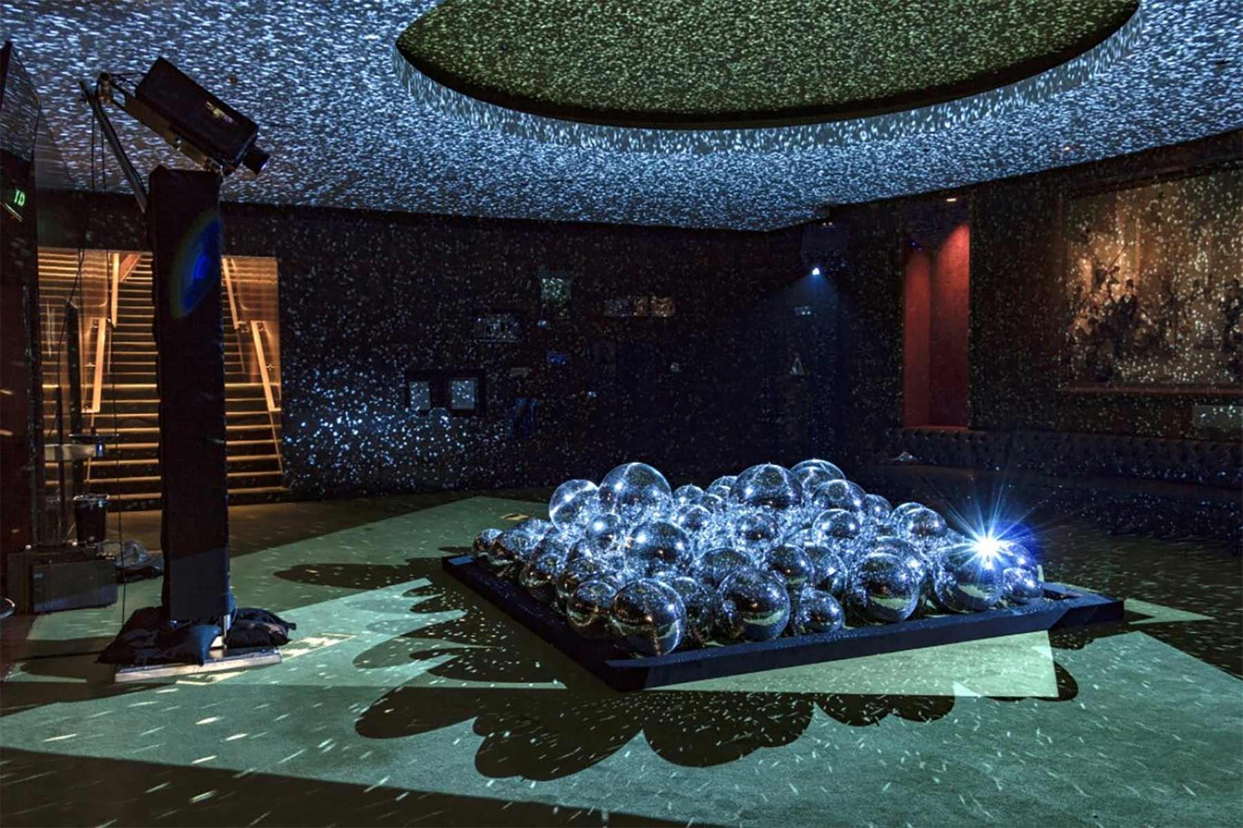 50 Discokugeln in einem Raum light-leaks-discokugeln_05