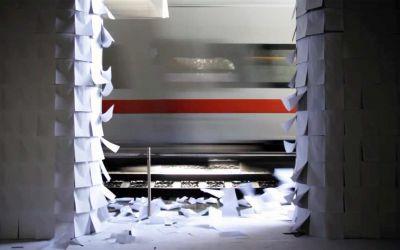 Papierinstallation wird durch Wind vorbeifahrender Züge aktiviert