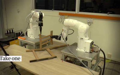 Roboter bauen einen IKEA-Stuhl zusammen