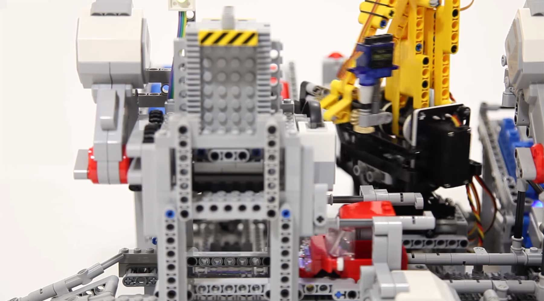 Ein funktionierendes Autofertigungsband aus LEGO LEGO-Autofabrik