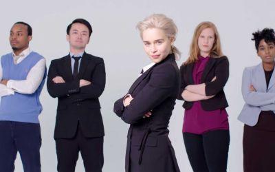 Emilia Clarke stellt Stock-Fotos nach