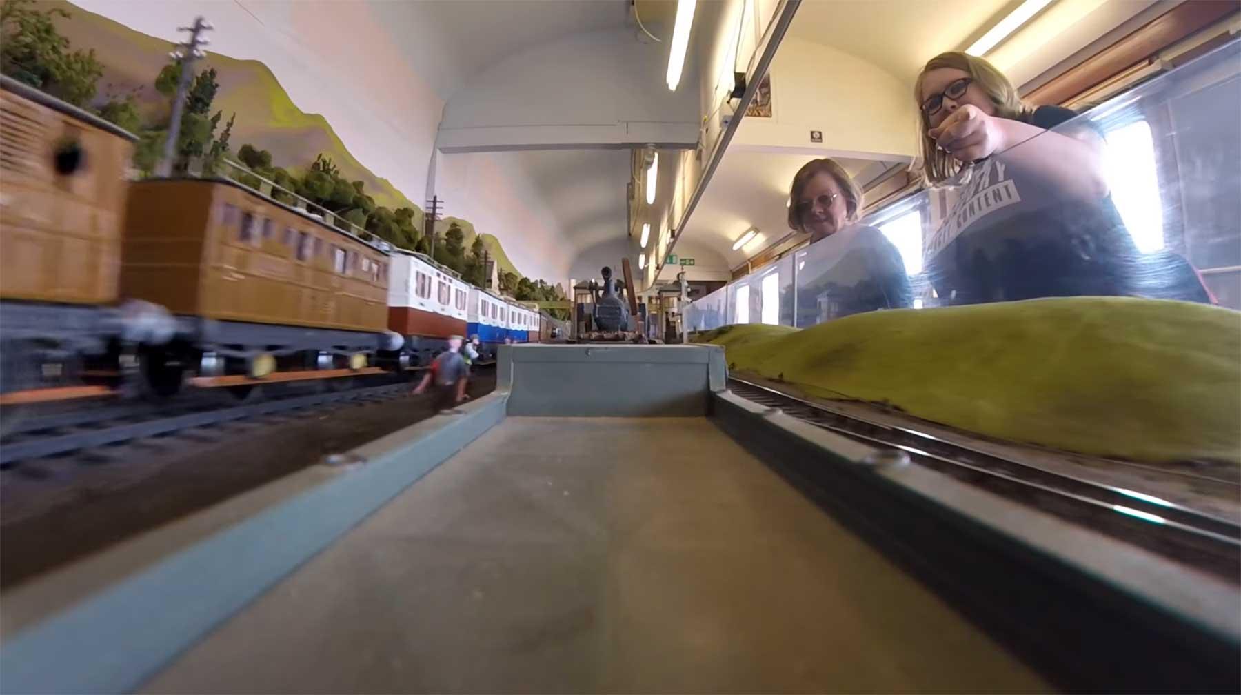 Eine POV-Rundfahrt durch eine Modelleisenbahnlandschaft