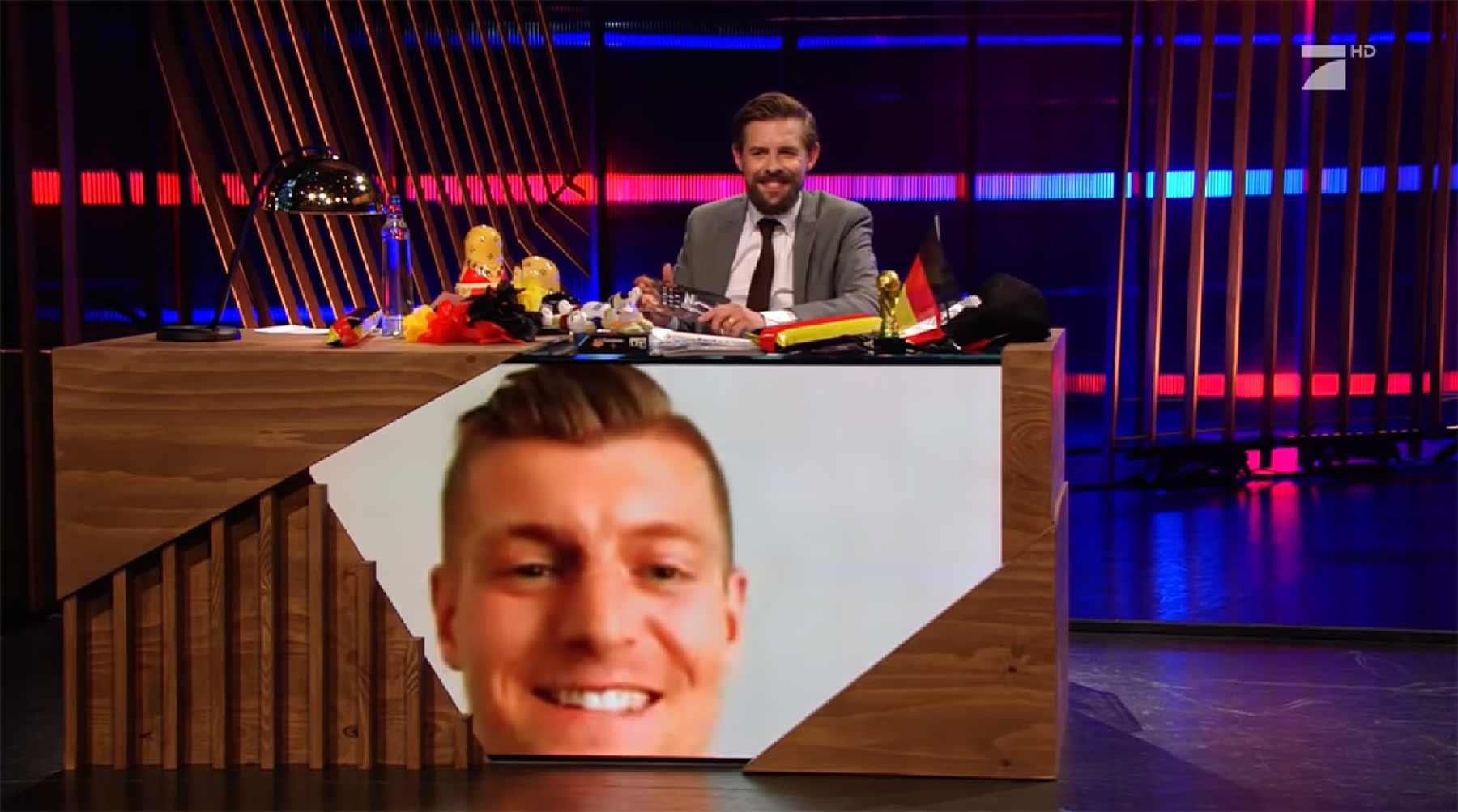 Toni Kroos demonstriert, dass Fußballer auch lustig können