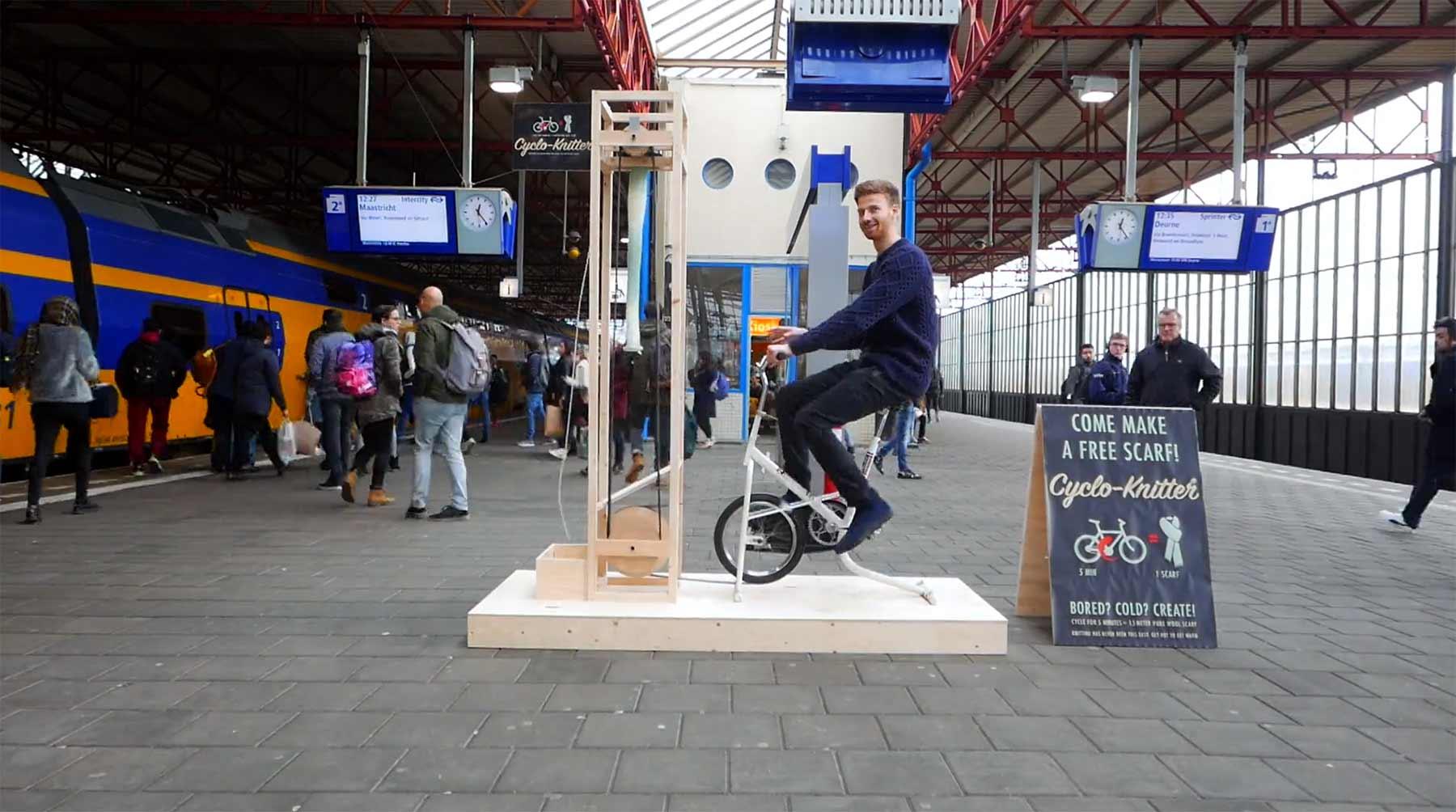 Beim Warten auf den Zug mit dem Fahrrad einen Schal stricken