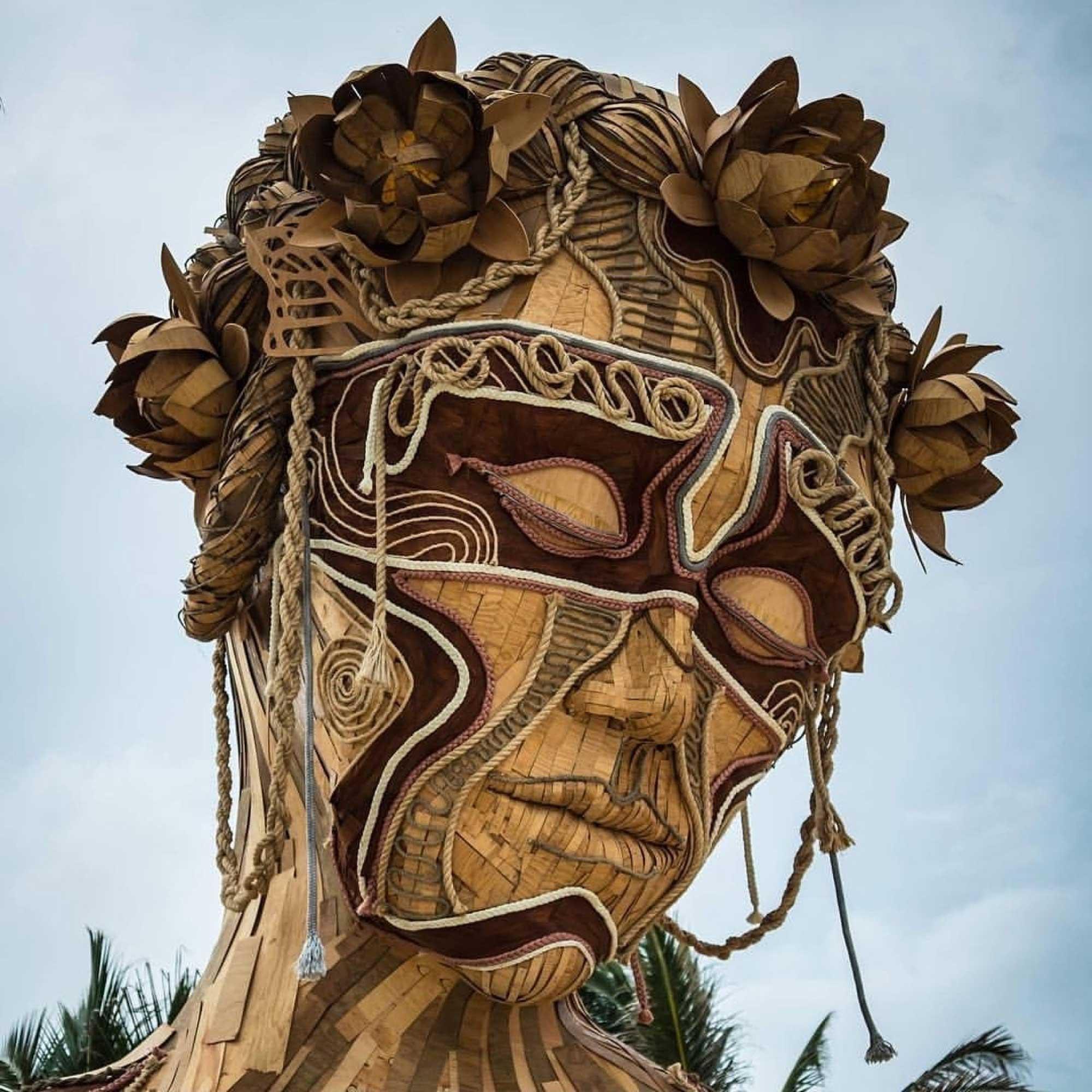 Gigantische Holzskulptur zum Durchschreiten Daniel-Popper-ven-a-la-luz_02
