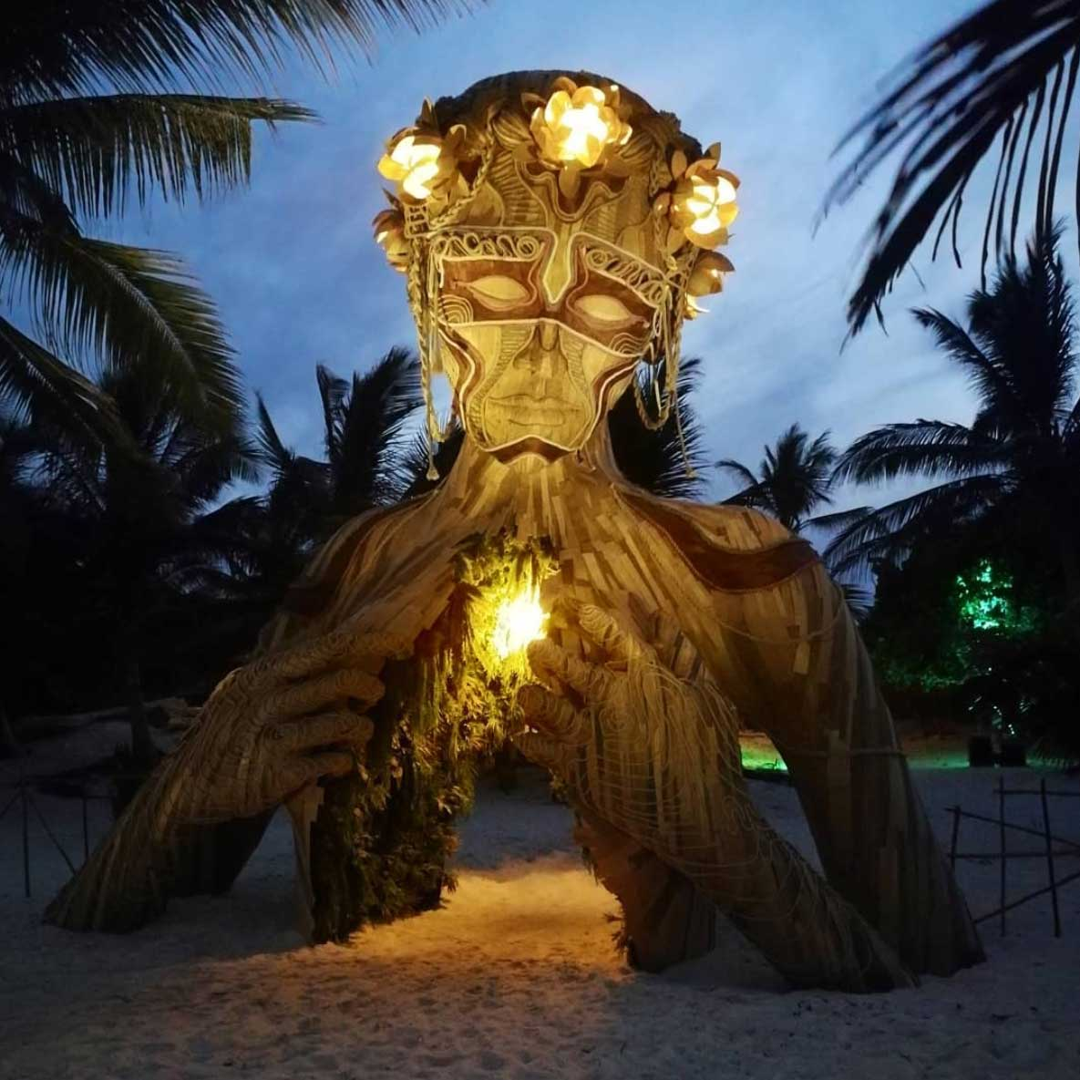 Gigantische Holzskulptur zum Durchschreiten Daniel-Popper-ven-a-la-luz_04