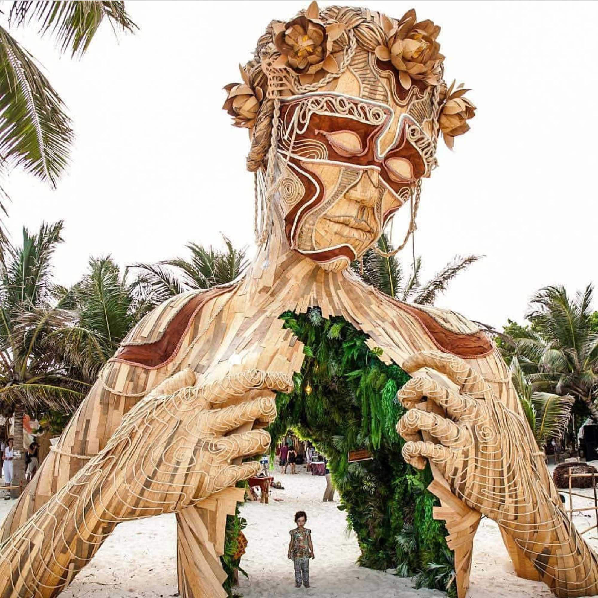 Gigantische Holzskulptur zum Durchschreiten Daniel-Popper-ven-a-la-luz_05