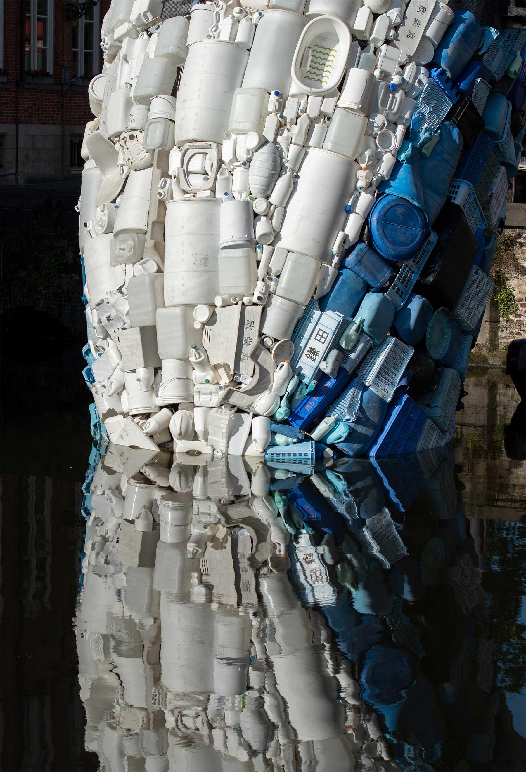 In Brügge steigt ein 11,5 Meter großer Wal aus Plastikmüll empor Skyscraper-bruegge-wal-aus-plastikmuell_02