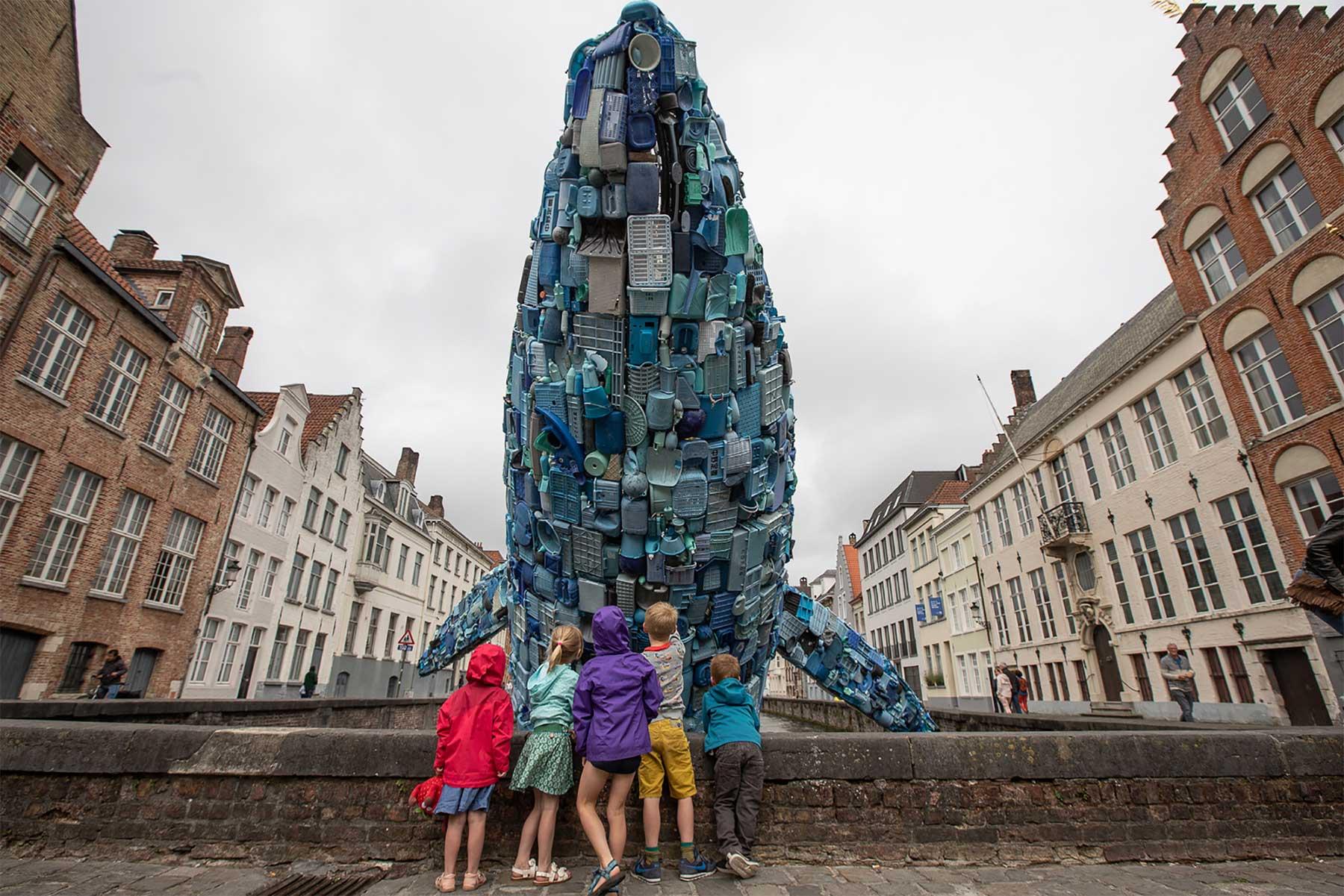 In Brügge steigt ein 11,5 Meter großer Wal aus Plastikmüll empor Skyscraper-bruegge-wal-aus-plastikmuell_03