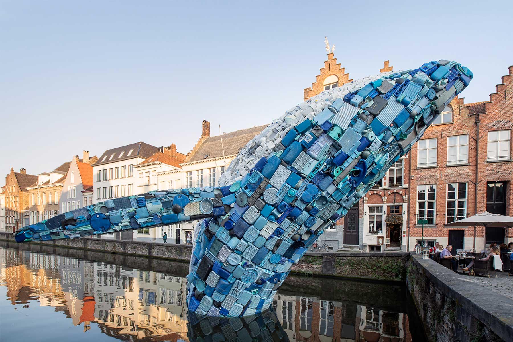 In Brügge steigt ein 11,5 Meter großer Wal aus Plastikmüll empor Skyscraper-bruegge-wal-aus-plastikmuell_04