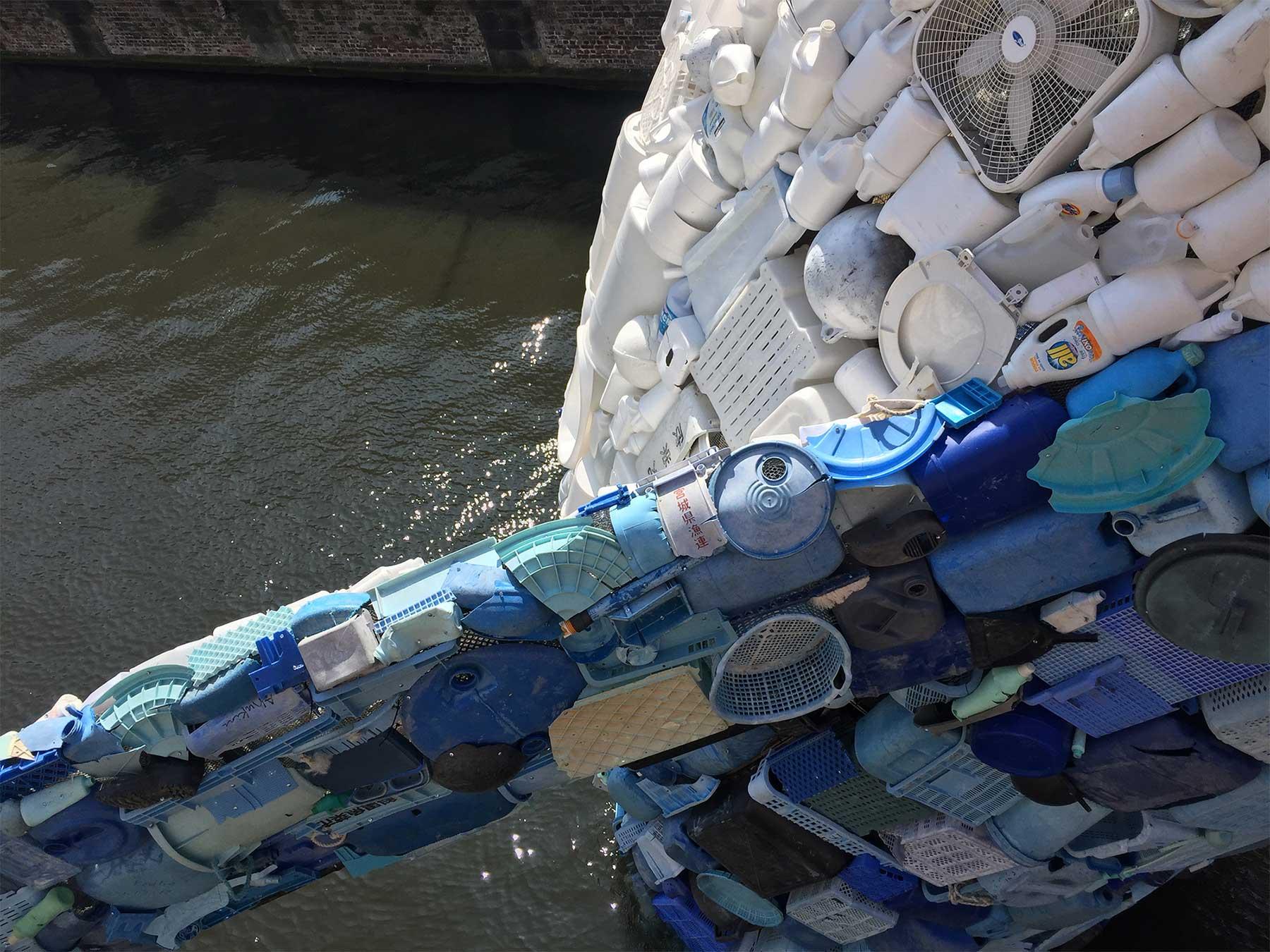 In Brügge steigt ein 11,5 Meter großer Wal aus Plastikmüll empor Skyscraper-bruegge-wal-aus-plastikmuell_05