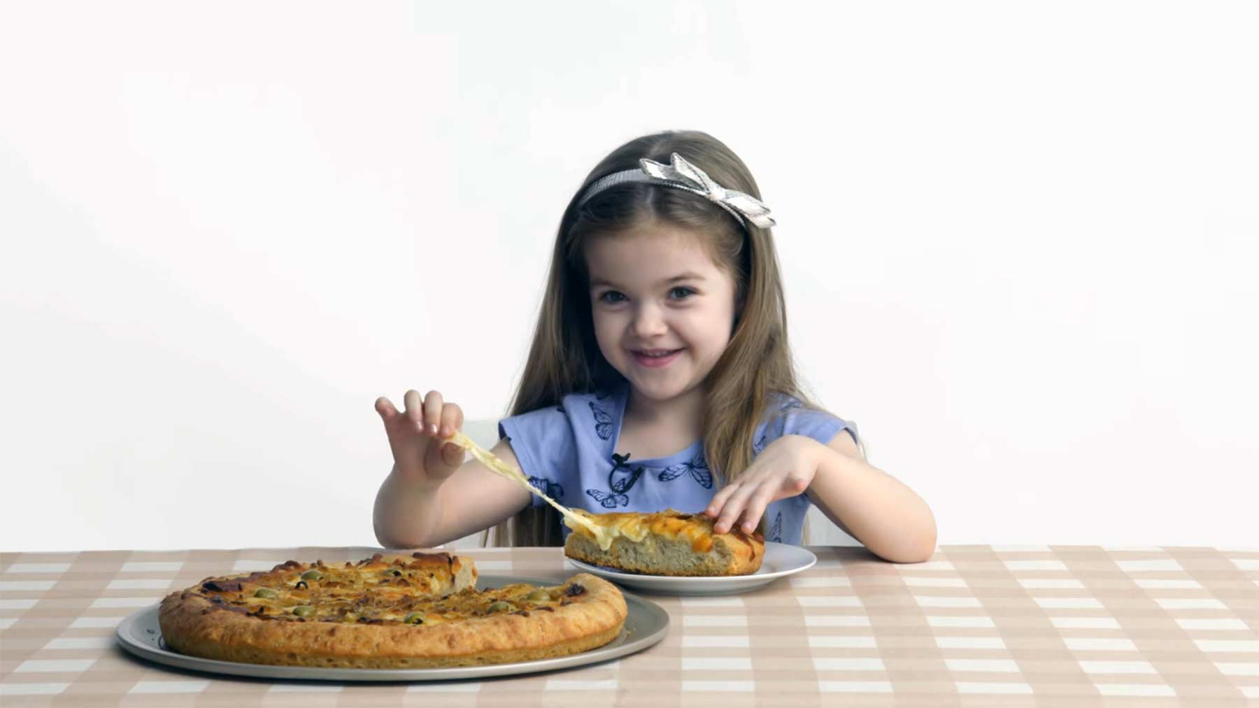 Kinder probieren Pizza-Typen aus aller Welt